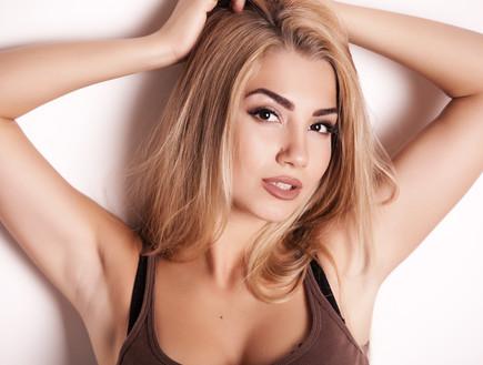 אישה צעירה בגופייה (צילום: shutterstock ,מעריב לנוער)