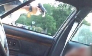 שוטר יורה באדם שחור שיושב ברכב (צילום: פייסבוק)