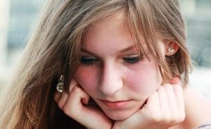 נערה מהורהרת (צילום: shutterstock ,מעריב לנוער)