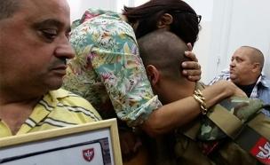אזריה והוריו בבית המשפט (צילום: עזרי עמרם, חדשות 2)