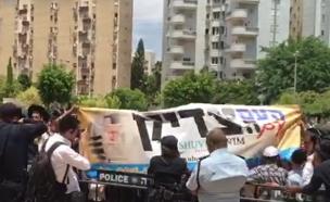 צפו בהפגנת התמיכה ברב ברלנד (צילום: חדשות 2)