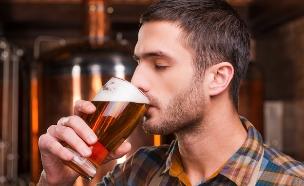 איש שותה בירה (צילום: g-stockstudio, Shutterstock)