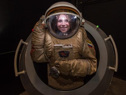 גלקסיה מדעטק. חליפת אסטרונאוט המדריך לגלקסיה מדעטק (צילום: איל אמיר ,יחסי ציבור)