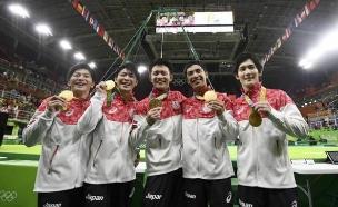המתעמלים היפנים עם מדליית הזהב
