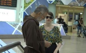 """רחלי רוטנר מחפשת פעילי BDS בנתב""""ג (צילום: רועי חבני ,mako)"""