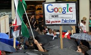שלט שקורא לגוגל לקרוא לישראל פלסטין (צילום: ADAM BERRY/AFP/Getty Images)