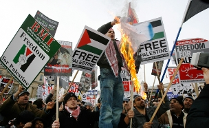 הפגנות אנטי ישראליות (ארכיון) (צילום: רויטרס)