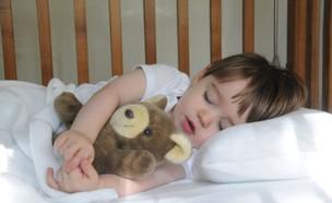 ילד ישן מחזיק בובה (צילום: istockphoto)