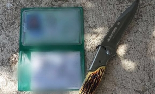 הסכין ותעודת הזהות של הנער החשוד (צילום: דוברות המשטרה)
