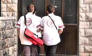 """אנשי מד""""א בזירת האירוע (צילום: חדשות 2)"""