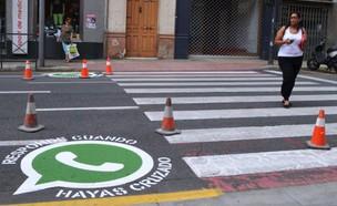 לוגו וואטסאפ על מעבר חציה בספרד