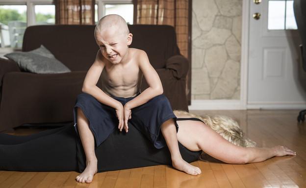 ילד שוכב על אמא (צילום: shutterstock ,shutterstock)
