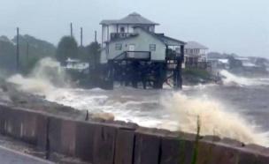 """הוריקן """"הרמין"""" משתולל (צילום: CNN)"""