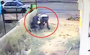 שוטרים מכים את החייל דמאס פקדה