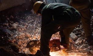 """נאחזים בתקווה: עבודות סביב השעון בחניון שקרס (צילום: דו""""צ)"""