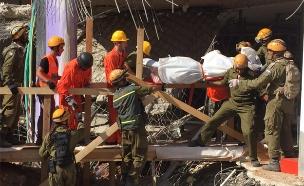 חילוץ גופה מתוך ההריסות בחניון רמת החייל (צילום: חדשות 2)