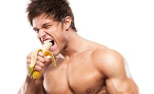גבר אוכל בננה (צילום: shutterstock ,ShutterStock)