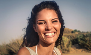 אישה מחייכת (צילום: shutterstock: Ollyy)