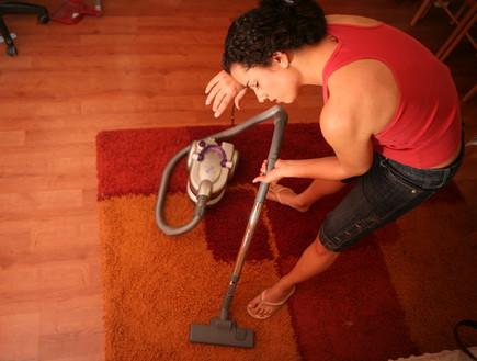 עוזרת בית מנקה לקראת החגים (צילום: יוסי זמיר ,פלאש 90)