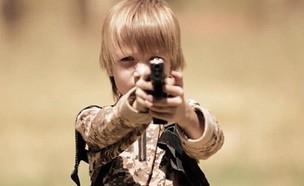 """ילד רוצח בשירות דאע""""ש (צילום: מתוך הסרטון של ארגון דאע""""ש)"""