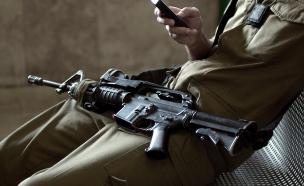 חייל עם נשק על הרגליים (צילום: אימג'בנק / Thinkstock)