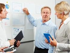עובדים מבוגרים במשרד (אילוסטרציה: shutterstock ,mako)