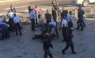 זירת הפיגוע בשער הפרחים אתמול (צילום: מדברים תקשורת)