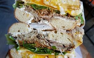 בייגל רוסטביף בבלאק סיד בייגל (צילום: עומר מילר ,אוכל טוב)