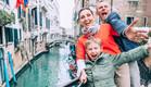 """משפחה בחו""""ל (צילום: Soloviova Liudmyla, Shutterstock)"""