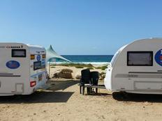 קרוואנים בחוף פלמחים (צילום: חדשות 2)