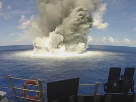 חיל הים האמריקאי מפוצץ את עצמו (צילום: צילום מסך מתוך הסרטון)