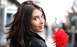 אישה שמחה עם פרח (צילום: shutterstock ,מעריב לנוער)