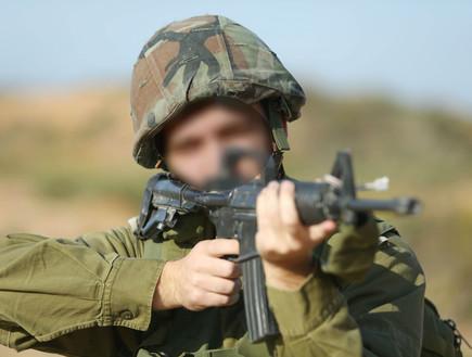 חייל מכוון נשק מטושטש (צילום: עודד קרני)