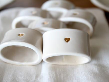 אקססוריז לשולחן, חבקים מקרמיקה עם לב זהב של ליאת אנקורי (צילום: יחצ)
