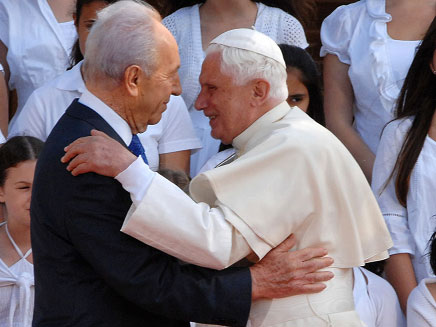 """עם האפיפיור ב-2012 (צילום: מארק ניימן לע""""מ)"""