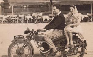 """שמעון וסוניה על אופנוע ביום חתונתם (צילום: ארכיון צה""""ל)"""