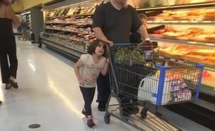 אב מושך ילדה בשיערה בסופרמרקט (צילום: פייסבוק)