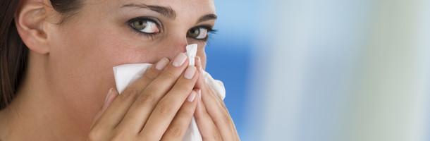 אישה מקנחת את האף (צילום: אימג'בנק / Thinkstock)