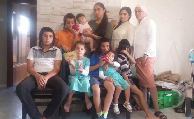 משפחת בן הרוש בדירתם החדשה בבאר שבע (צילום: שמעון איפרגן ,mako)