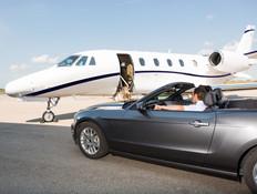 גבר במכונית יוקרה מול מטוס פרטי (אילוסטרציה: shutterstock ,shutterstock)