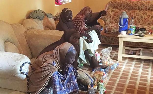 חלק מהנערות סועדות אחרי שחרורן (צילום: CNN)