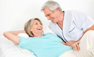 זוג מבוגרים במיטה (צילום: shutterstock)