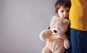 ילד עם דובי מקבל חיבוק  (צילום: shutterstock ,shutterstock)