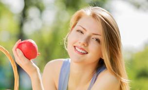 אישה אוכלת תפוח (צילום: shutterstock ,מעריב לנוער)