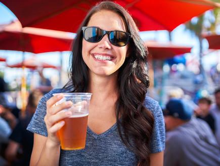 אישה שותה (צילום: shutterstock: Joshua Resnick)