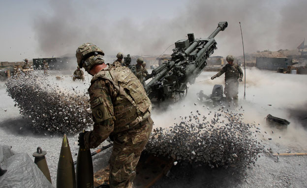 כותרות העבר: נאטו פולש לאפגניסטן (צילום: רויטרס)