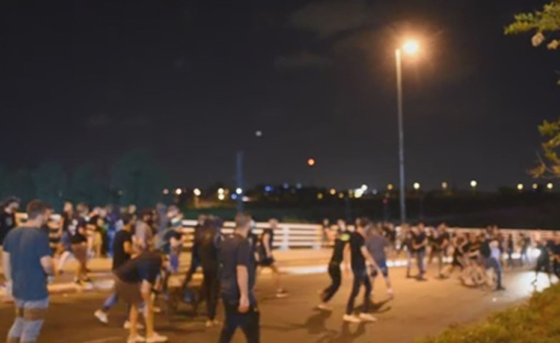 עימותים בין אוהדי מכבי חיפה לאוהדי מכבי תל אביב (צילום: חדשות 2)
