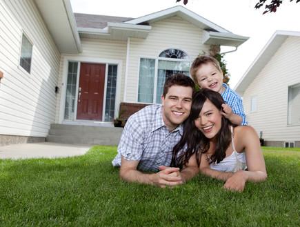 משפחה בדשא (צילום: shutterstock)