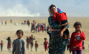 בורחים מהזוועות של דאעש במוסול (צילום: רויטרס)