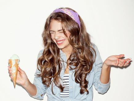 בחורה אוכלת גלידה (צילום: shutterstock ,מעריב לנוער)